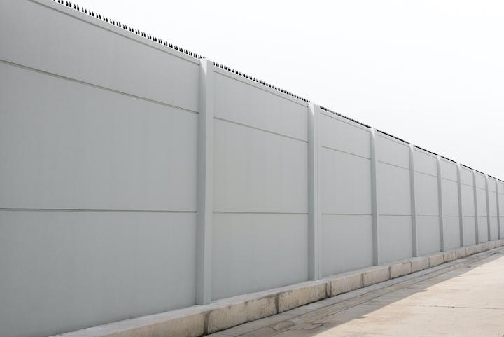 Tuinafsluiting met betonplaten en betonnen palen