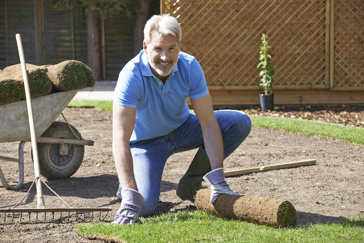 Tuinman legt gazon aan in tuin