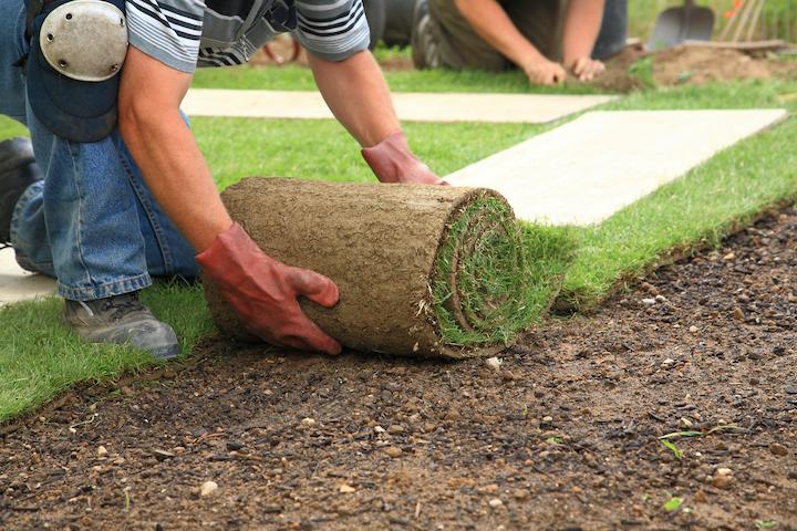 Plaatsen van grasmatten door de tuinaannemer