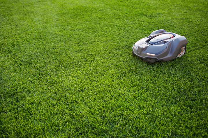 Door de inzet van een grasrobot wordt zelf het gras afrijden verleden tijd