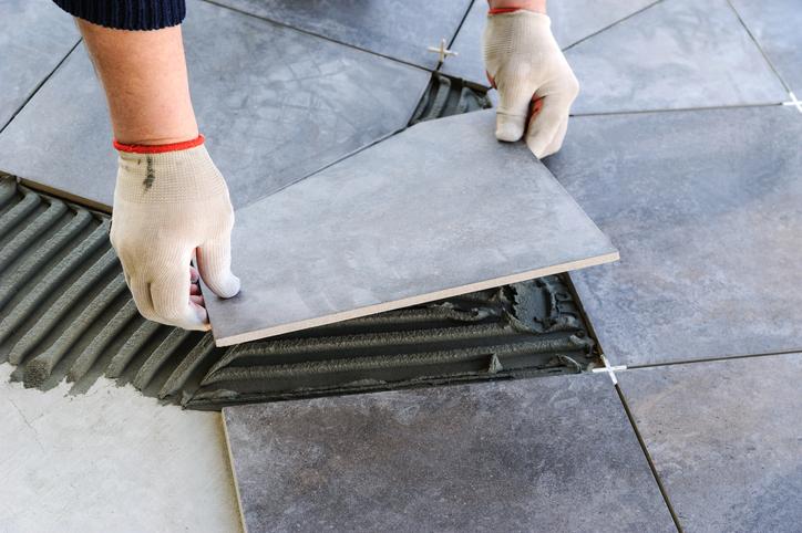 Plaatsing van keramische terrastegels