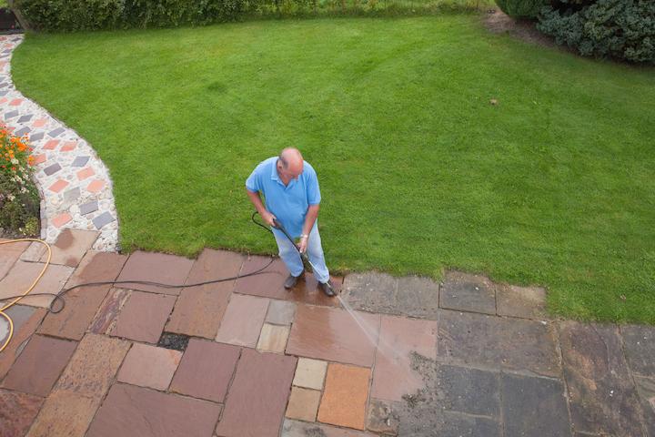 Schoonmaak van een natuursteen terras