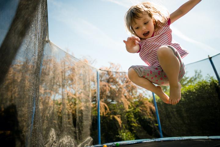 Trampoline springen in de kindvriendelijke tuin