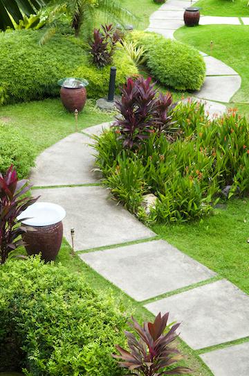 Tuinpad in betontegels in landelijke tuin