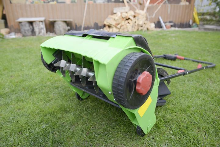 Onderzijde van een verticuteermachine. De messes zorgen voor het losmaken van mossen en de beluchting van de bodem
