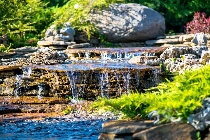 Natuurvijver met waterval