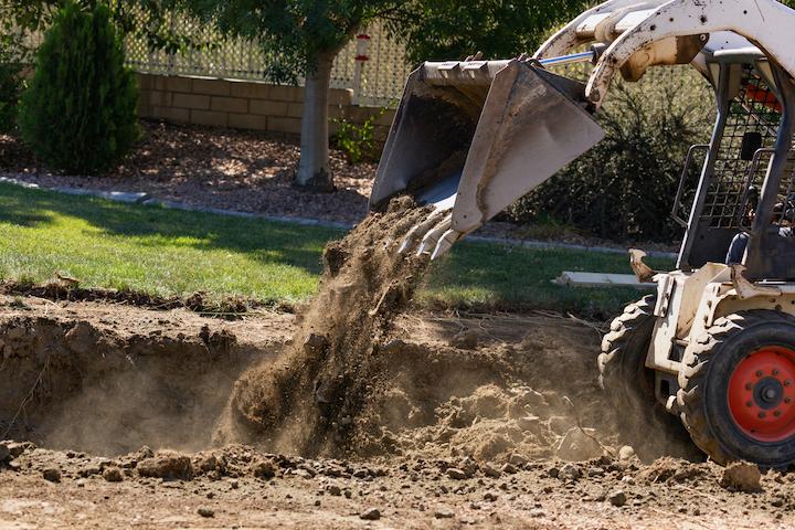 Zwembad uitgraven in de tuin